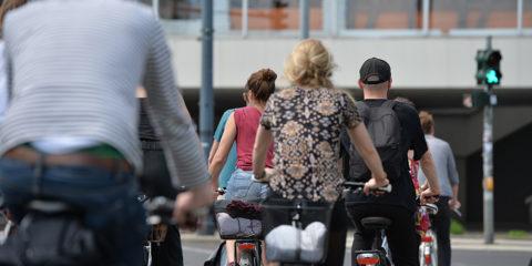 Eine Gruppe Fahrradfahrer an einer Straßenkreuzung