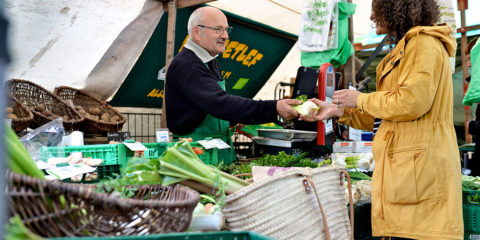Marktstand mit Obst und Gemüse
