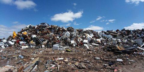 Mülldeponie mit alten Haushaltsgeräten